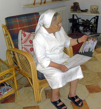 Suor Sophie guarda il calendario UnaStrada